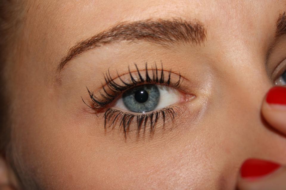woman mascara-675104_960_720